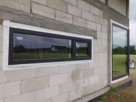 podłużna witry z zakończona funkcjonalnym oknem